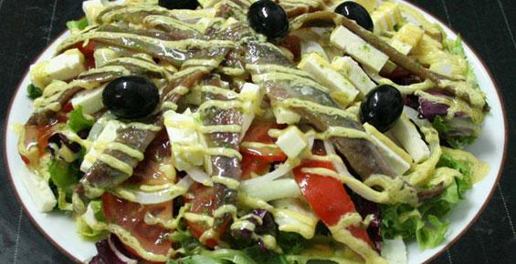 Ensalada de queso feta y anchoa