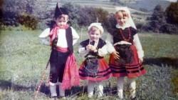 Propietarios de pequeños vestidos con traje regional