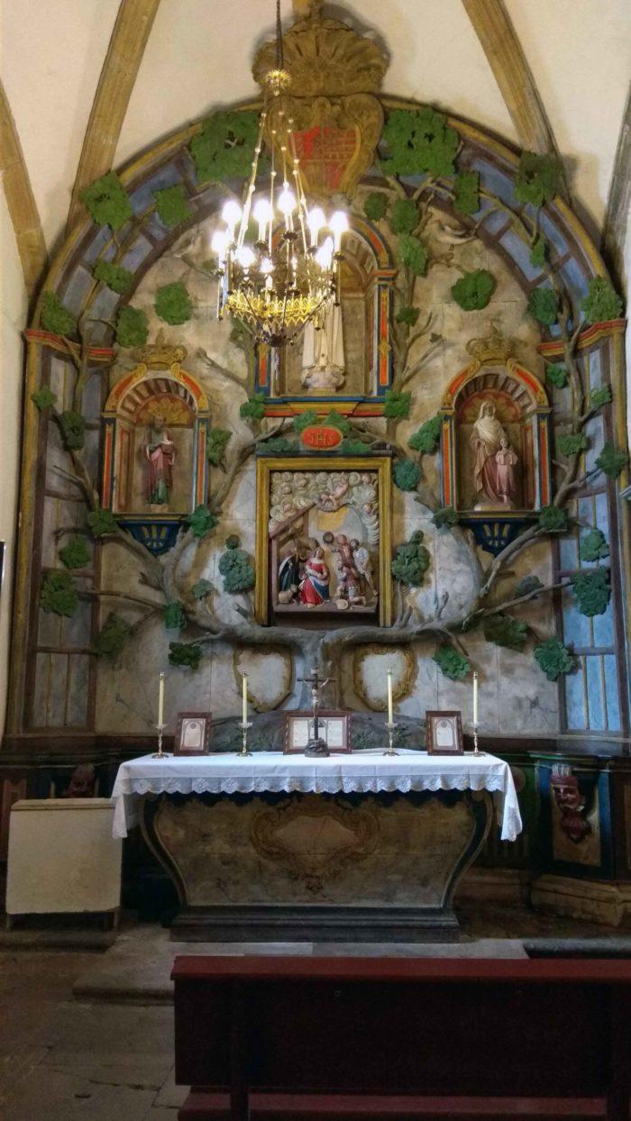 Capilla Santa Inés con cuadro de la adoración de los Pastores