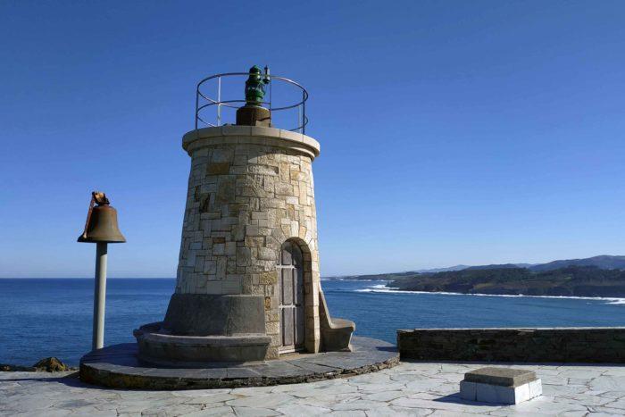 Baliza de señalización al puerto de Ortiguera y campana de hierro fundido para tocar los días de niebla